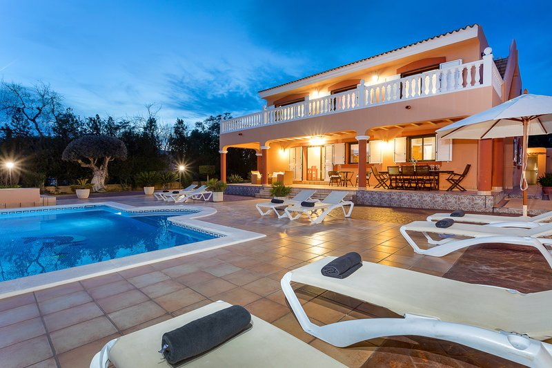 Villa Tino, near Playa d'en Bossa and Ibiza Town! Private Pool, Wifi and Aircon., alquiler de vacaciones en Ibiza