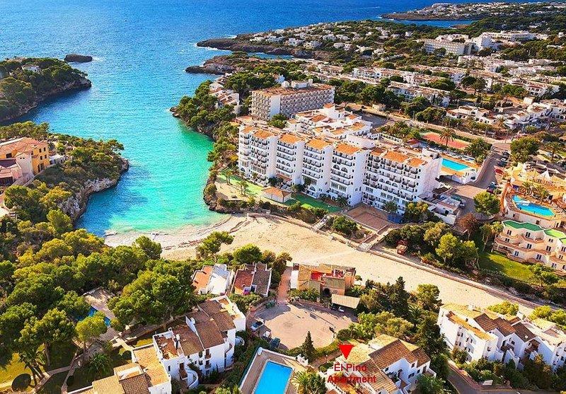 Top Floor 2 bed, 2 bath, Beach Location, Sea Views Apartment refurbished 2019, location de vacances à Cala Ferrera