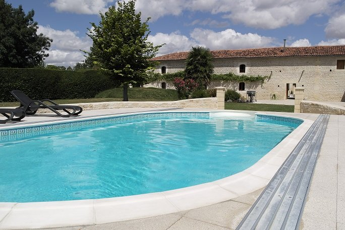 Stunning gite With Shared Pool, Nr Matha & Cognac (ground floor also available), Ferienwohnung in Louzignac