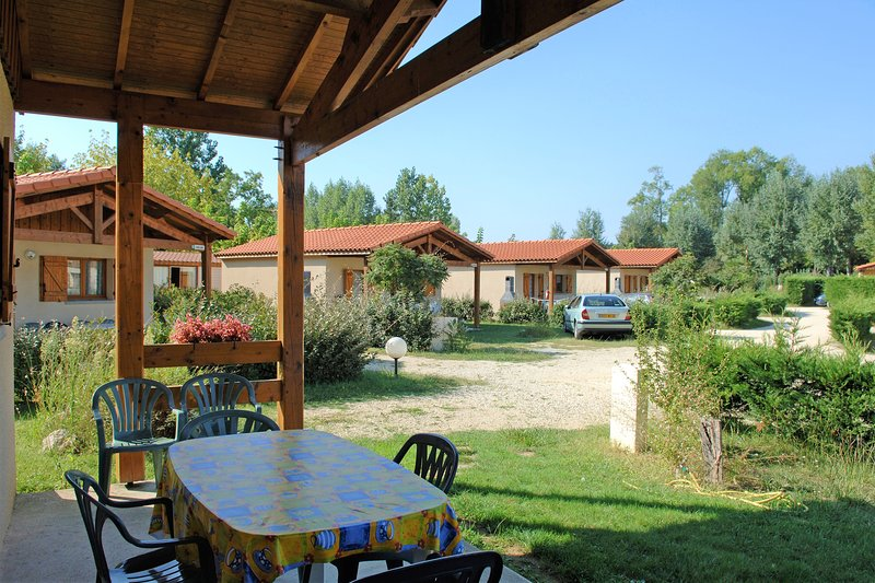 Beautiful house with shared pool, vakantiewoning in Monguilhem