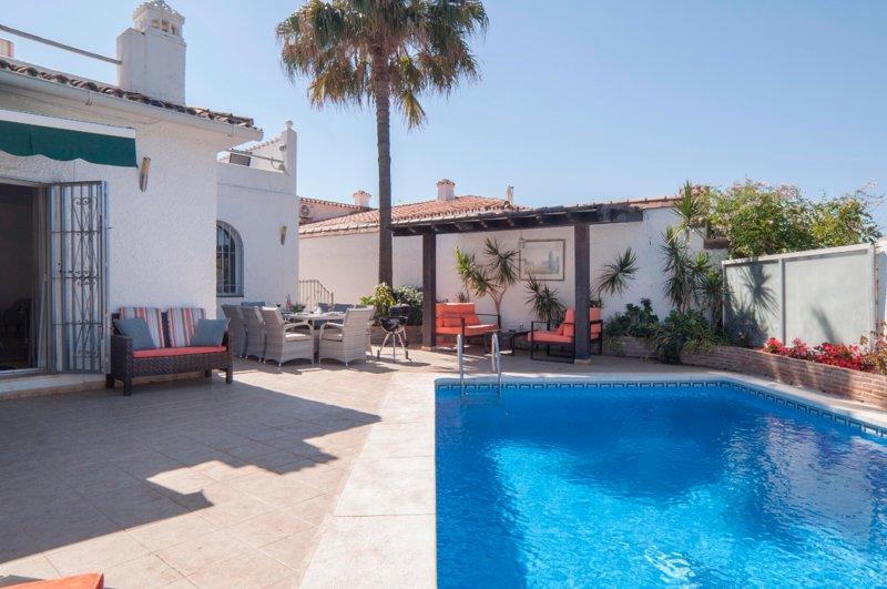 Villa PandoraGreat location Puerto Banus 3 bed max 8 CoVid full refund guarantee, holiday rental in Marbella