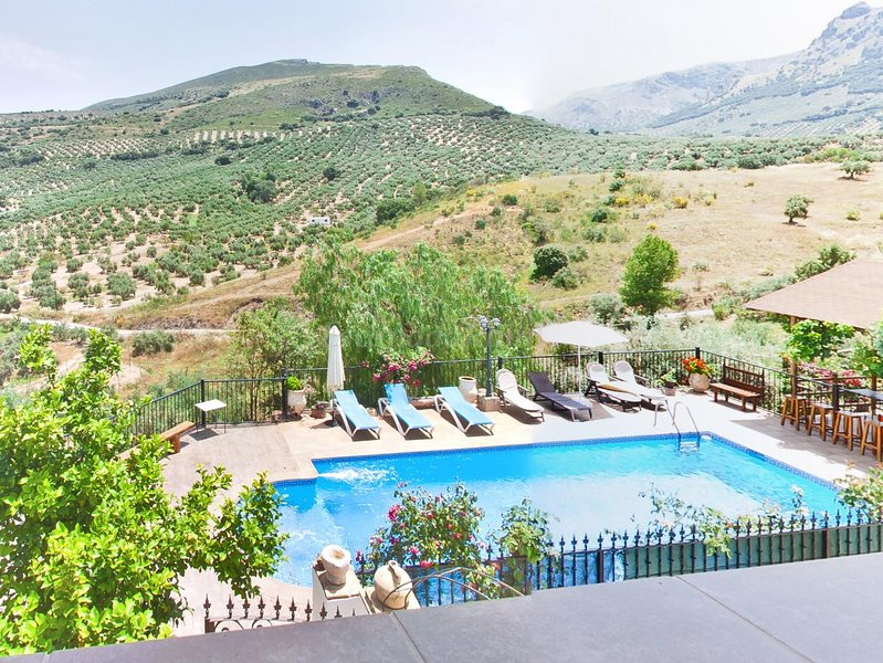 Incredible views of the mountain, 14 pax, pool., holiday rental in Zuheros