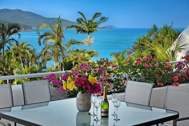 NEW Bella Azure Two Bedroom Two Bathroom Spacious Ocean-view Apartment With, vacation rental in Hamilton Island
