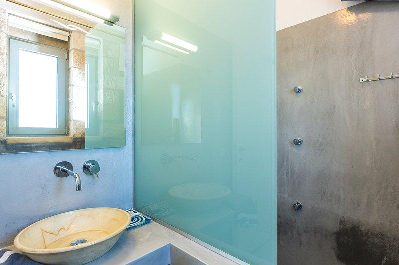 Ambos baños disponen de cabinas de ducha con hidromasaje.