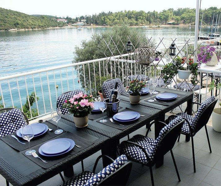 La casa está situada en una ubicación muy atractiva, tiene una amplia terraza junto al mar donde