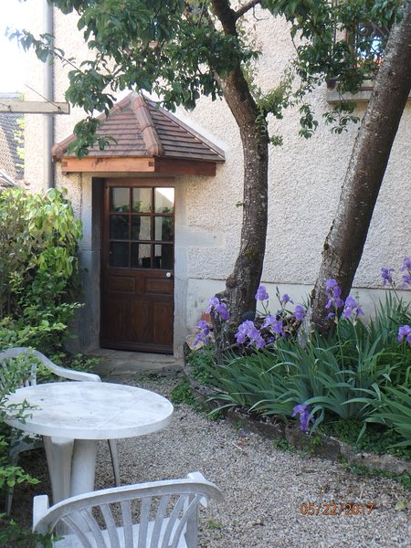 The courtyard, the garden furniture, the entrance to the cottage