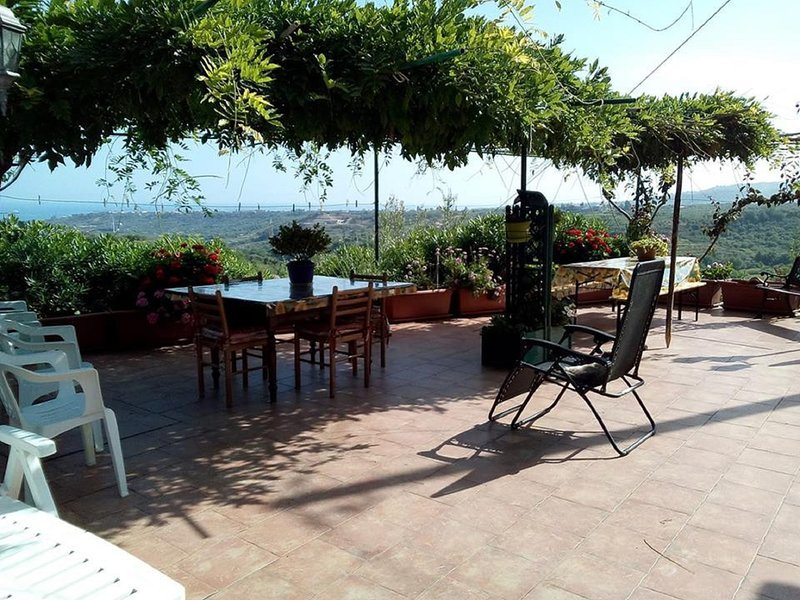 Big house with sea view & terrace, holiday rental in Monforte San Giorgio