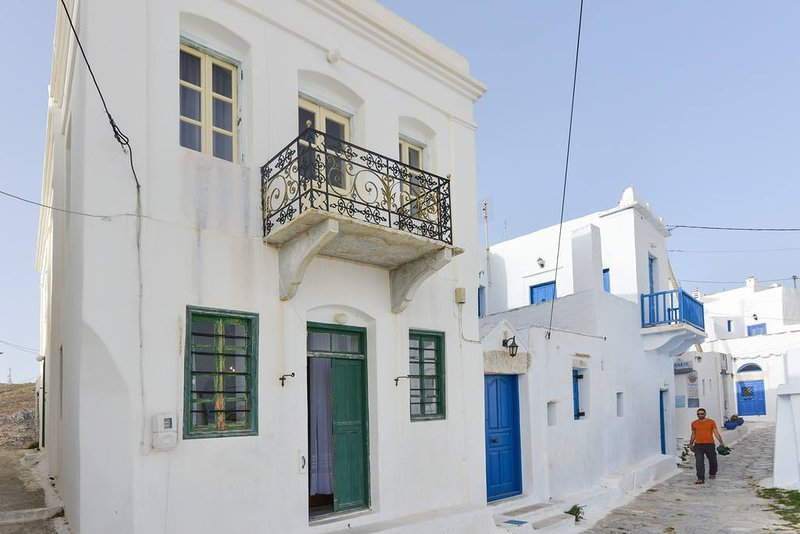 Amorgos traditional apt with balcony view, holiday rental in Donousa Town