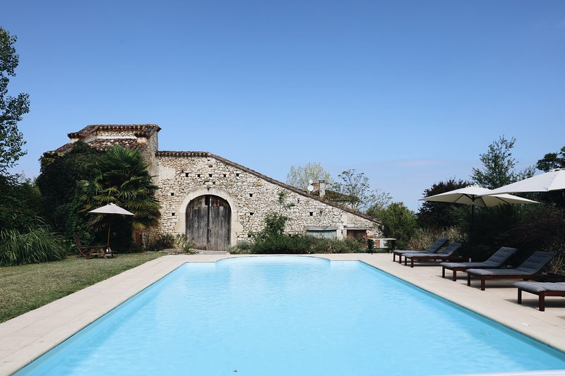 Beautiful 4 bedroom stone farmhouse in the French countryside, location de vacances à Thézac