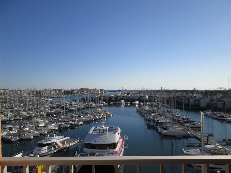 Renovated Studio + bunkbed apartment with terrace and views over Port, location de vacances à Cap d'Agde