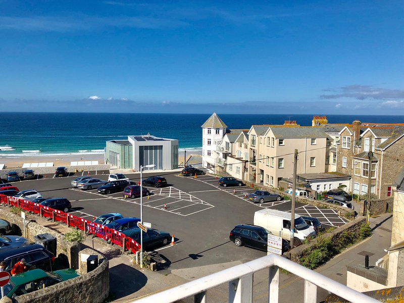 ST IVES, SURF'S UP, 6 OCEAN BREEZE APARTMENTS. PENTHOUSE, AWESOME VIEWS.(GARAGE), holiday rental in St Ives