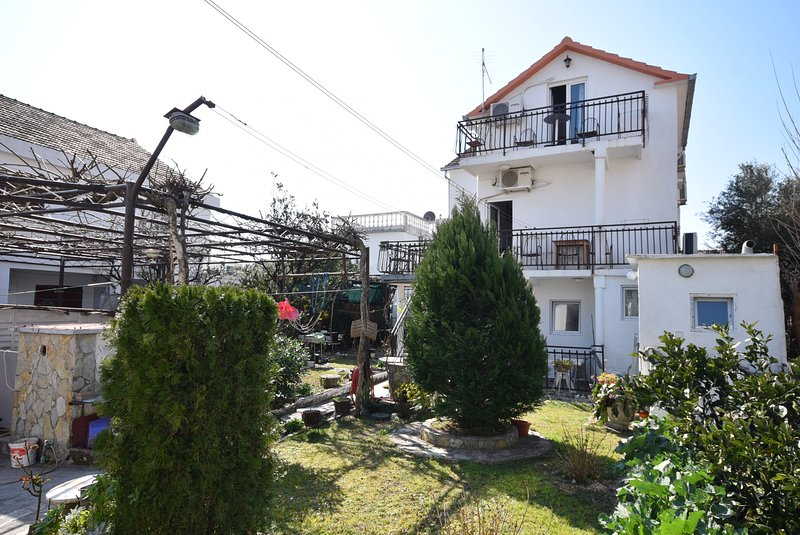 Studio for 3 persons close to Beachfront, holiday rental in Bijela