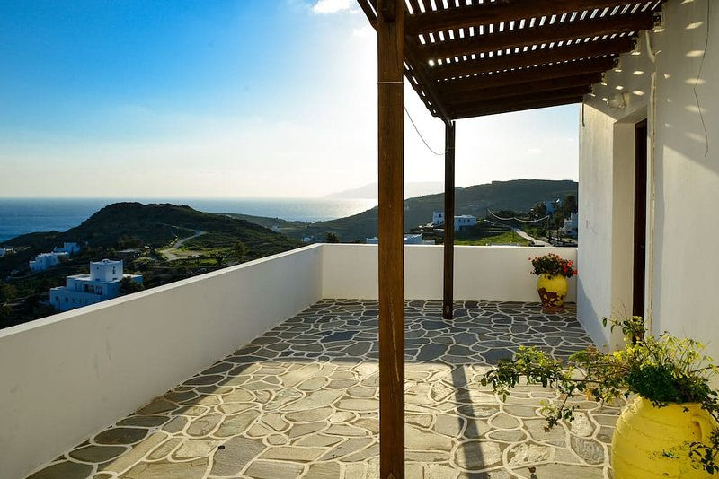 Ios great Sea view studio next to nightlife for 2, holiday rental in Milopotas