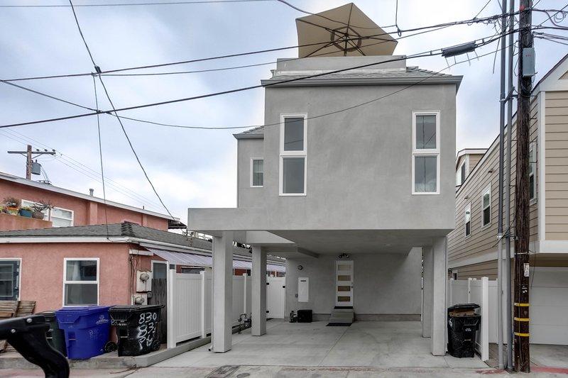 Casa de playa de 3 pisos ubicada en una cancha tranquila cerca de la bahía / playa.