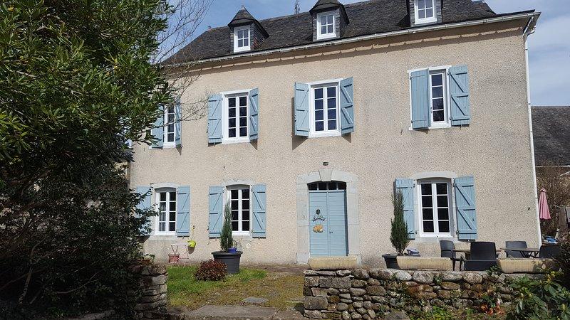 CHAMBRES D'HÔTES ' LE CHAT BOTTE' & TABLE D'HÔTES A PRECILHON, casa vacanza a Herrere