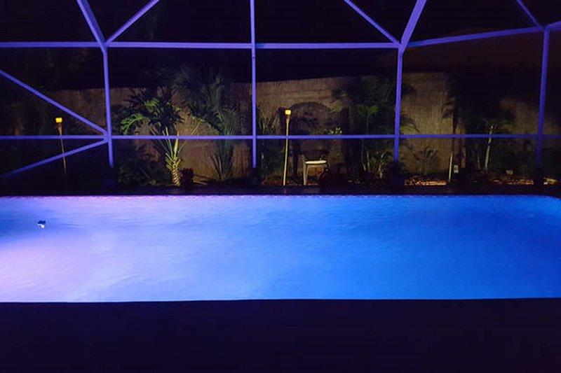 Piscine de nuit {Une des nombreuses couleurs de lumière LED disponibles}