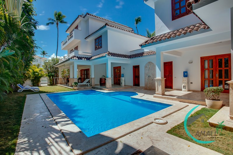 LUXURY VILLA GEMELAS, 6 BR,9 BT, PRIVATE POOL,MAID,BBQ; LOS CORALES BEACH!, vacation rental in Bavaro