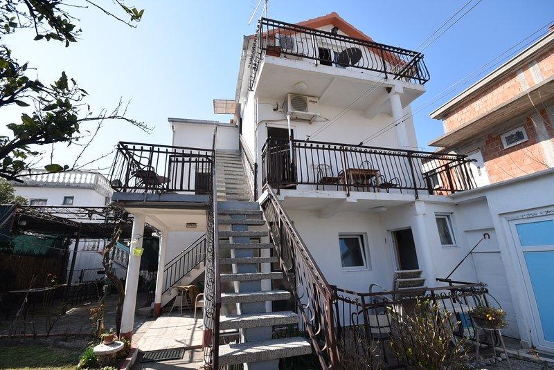 Studio apartment near the Beachfront, holiday rental in Bijela