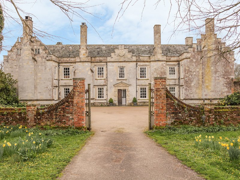 CADHAY, magnificent Devon manor house. 13 bedrooms, splendid gardens and, holiday rental in Awliscombe