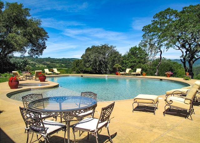 Sprawling Vineyard Estate w/ Pool & Valley Views, As Seen on the Bachelor!, location de vacances à Glen Ellen
