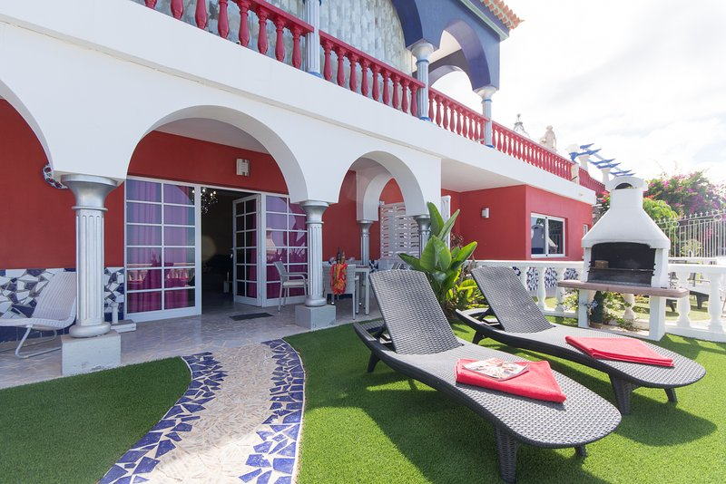 Villa Moradites. Modern 5 bedroom villa. Communal heated pool, holiday rental in Barrio Los Menores