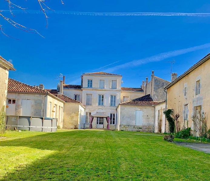 THE PAINTED HOUSE - FRANCE GITE 2, alquiler vacacional en Brives-sur-Charente