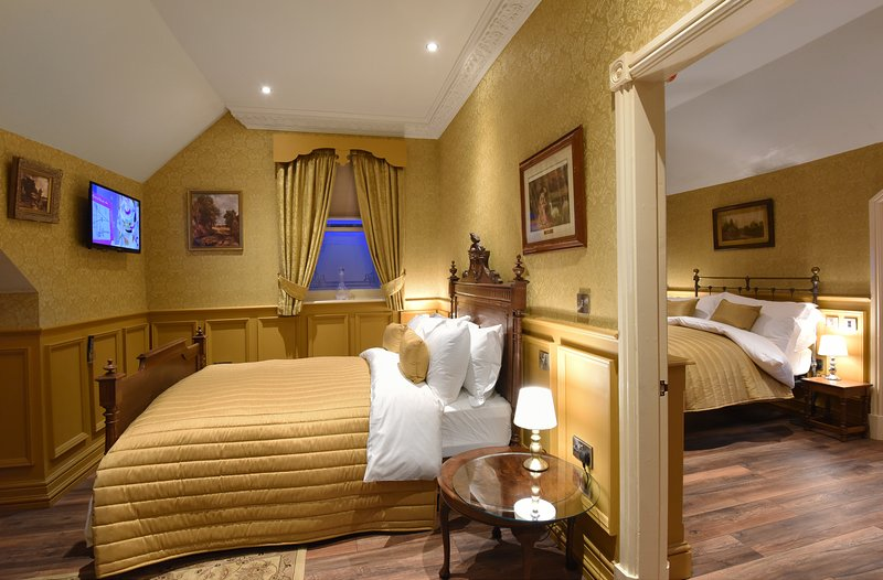 Aston Tavern Boutique Hotel- Family Room. 2 Doubles, holiday rental in Castle Bromwich