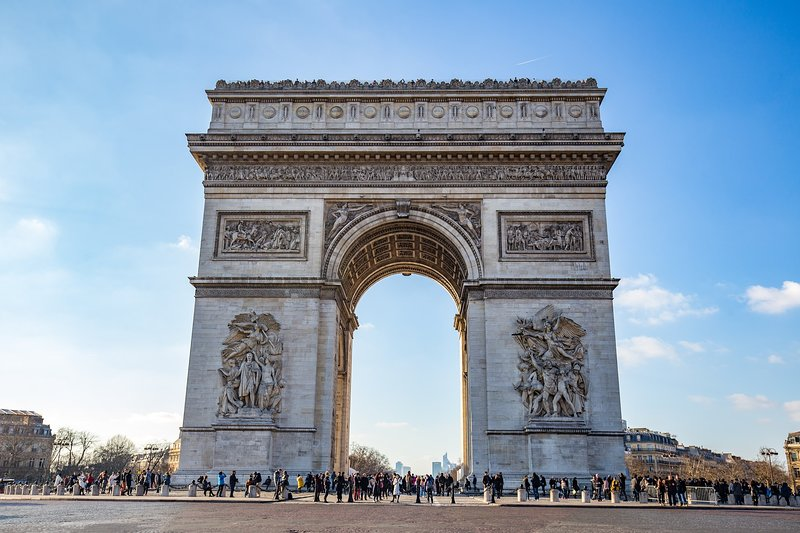 The ' Arc de triomphe' is 2 minutes away.