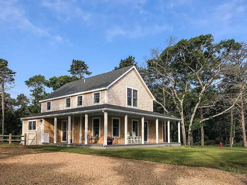 THOMS - New Modern Farmhouse Design, Great Location!, Wrap Around  Farmers Porch, alquiler de vacaciones en Oak Bluffs