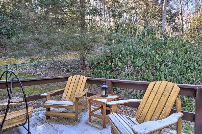 Geniet 's ochtends van koffie en' s avonds cocktails op de privé, gemeubileerde veranda.