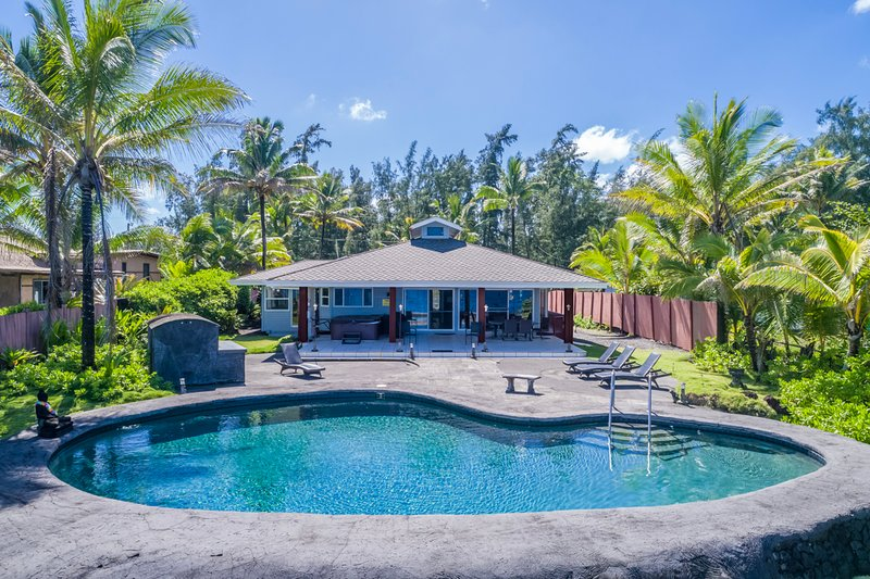 Hilo Shangrila OCEANFRONT, salt water pool, hot tub and comfortable home!