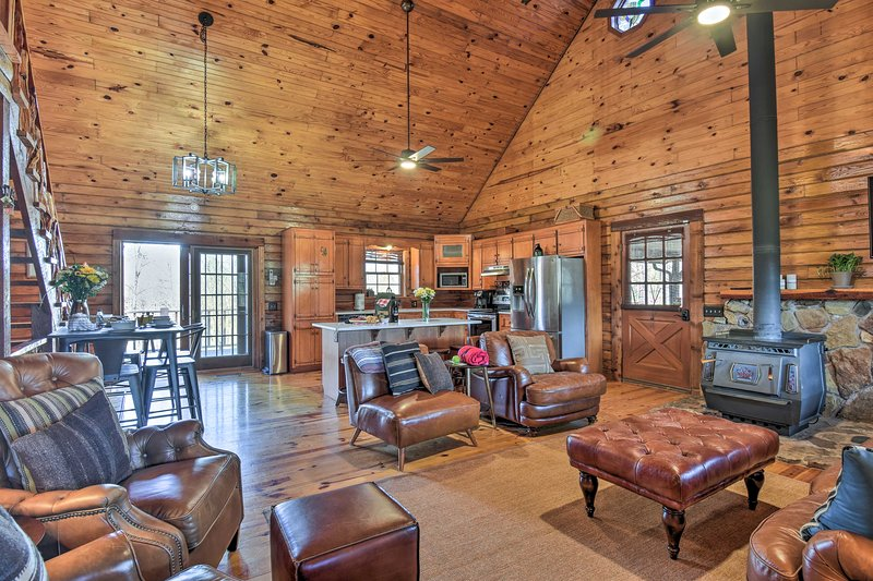 Luxury Log Cabin w/ 5 Private Acres + Hot Tub!, holiday rental in Pearcy