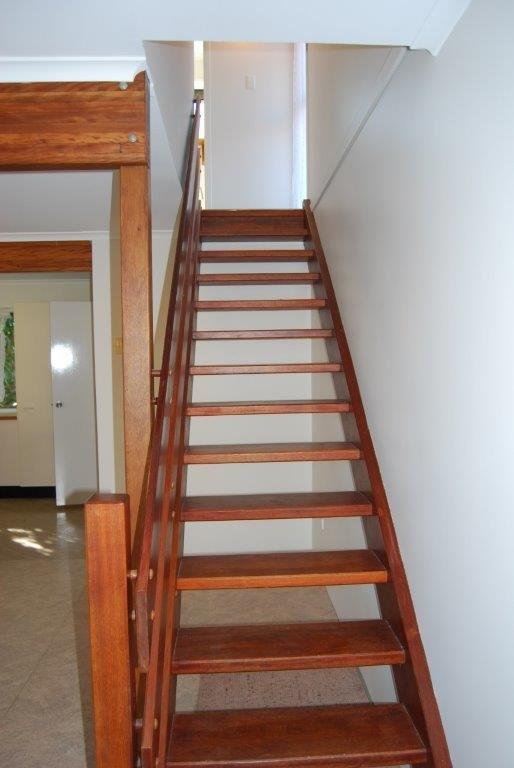 Treppen bis zu 3 Schlafzimmer und ein Familienbad.