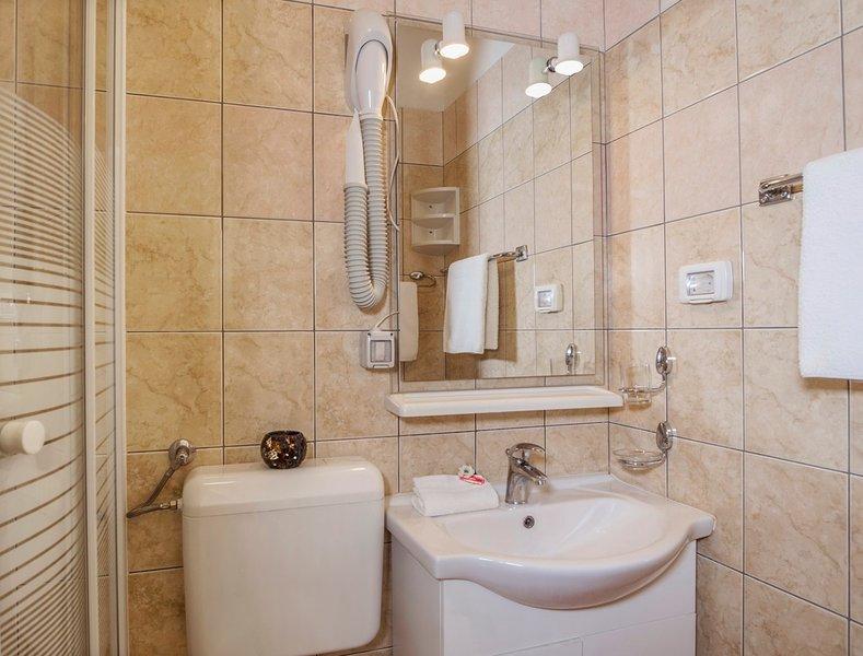 R4 (2): badkamer met toilet