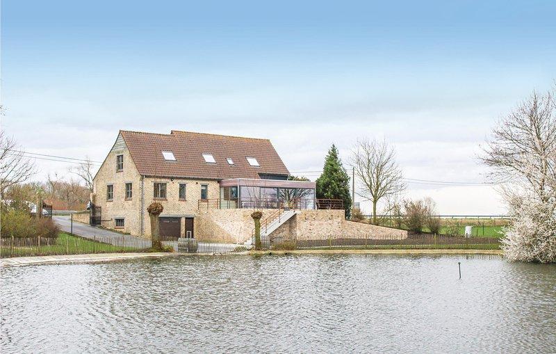 Stunning home in Lo-Reninge with Jacuzzi, WiFi and 6 Bedrooms (BVA166), location de vacances à Oostvleteren