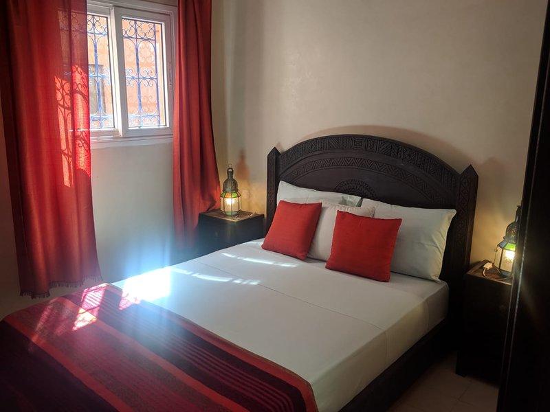 Belle chambre équipée d'un lit double avec salle de bain bien équipée, draps, serviettes etc...