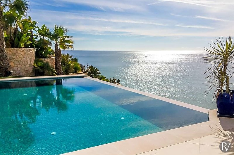 Salema Villa Sleeps 8 with Pool and Air Con - 5433283, vacation rental in Salema