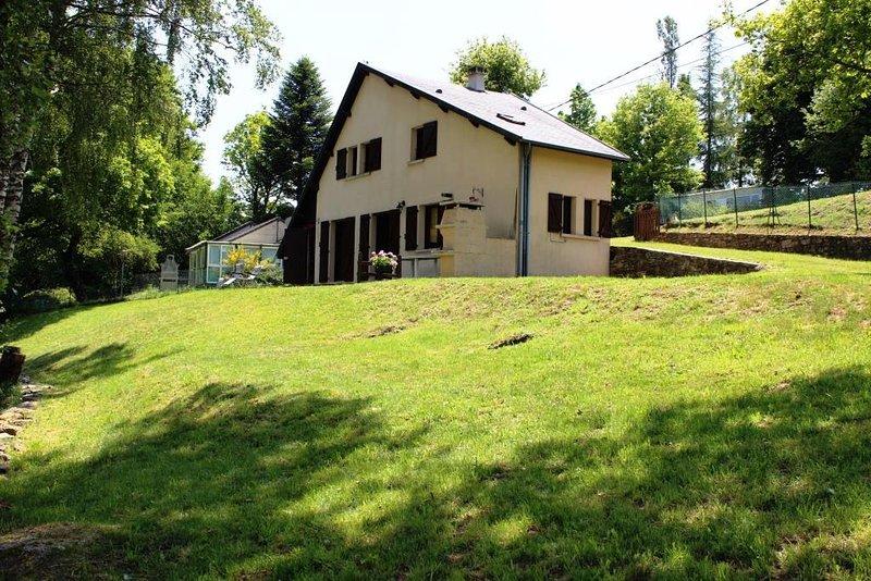 Maison Lac de Pareloup 'Les pieds dans l'eau', vacation rental in Arvieu