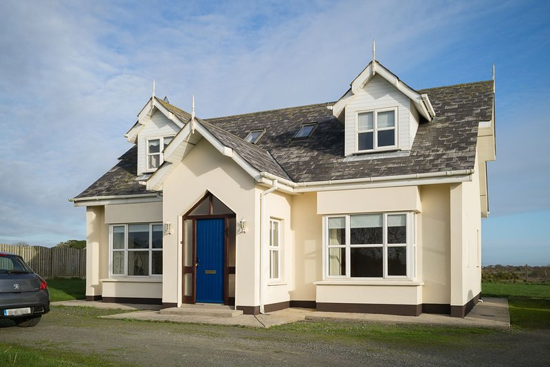 Seascapes, Ballyhealy Beach, Kilmore, Co.Wexford - 3 Bed - Sleeping 6 - Seascape, vacation rental in Bridgetown
