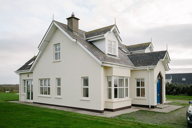 Seascapes, Ballyhealy Beach, Kilmore, Co.Wexford - 3 Bed - Sleeping 6 - Seascape, holiday rental in Tagoat