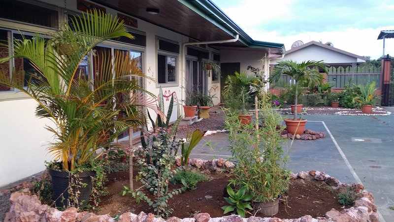 Gated, Top of the Mountain, new American owned apart- hotel Bnb modern facility – semesterbostad i Poas Volcano National Park