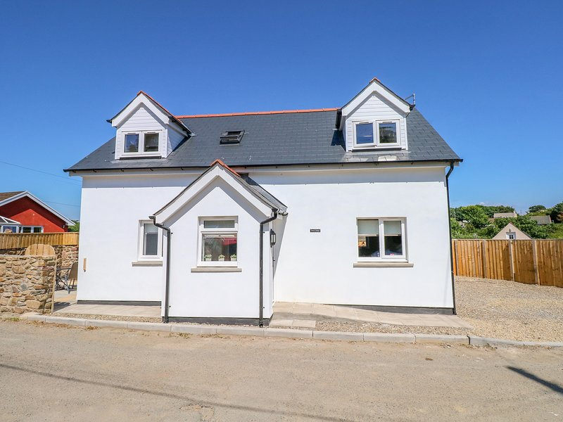15A GROVE COTTAGE, modern interior with en-suites, in St Ishmael's, holiday rental in Herbrandston