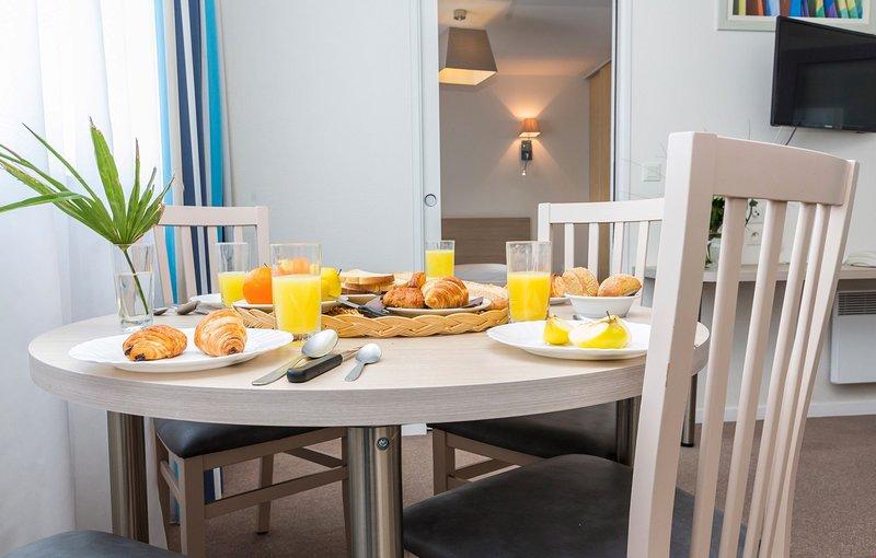 Prepare as refeições na kitchenette e aprecie-as à mesa de jantar.