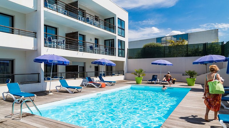 Passe tempo com a família e amigos na piscina ao ar livre durante o verão.