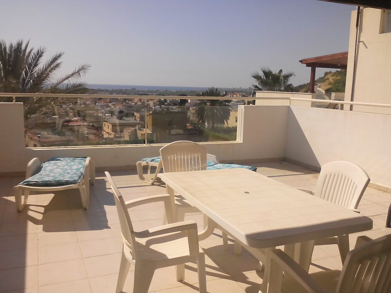 Bright flat with large patio and amazing full seaviews, aluguéis de temporada em Oroklini