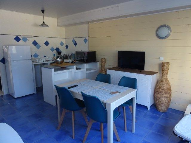 Sala de estar con cocina equipada.
