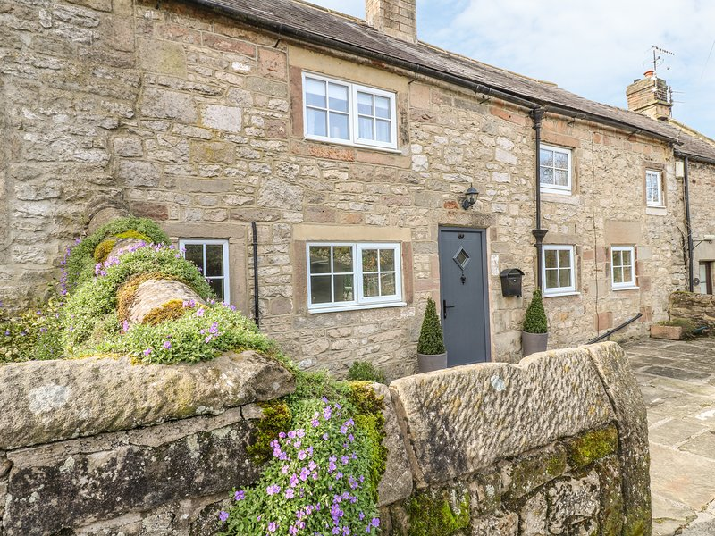 DAISY COTTAGE family-friendly, woodburning stove, village centre in Winster Ref, holiday rental in Winster
