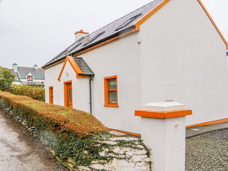 MARY AGNES COTTAGE, pet friendly, with a garden in Allihies, County Cork, Ref, holiday rental in Castletownbere
