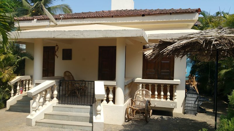 Detached 2 Bedroom 2 Bathroom Poolside beach Bungalow with private Patio & can furniture