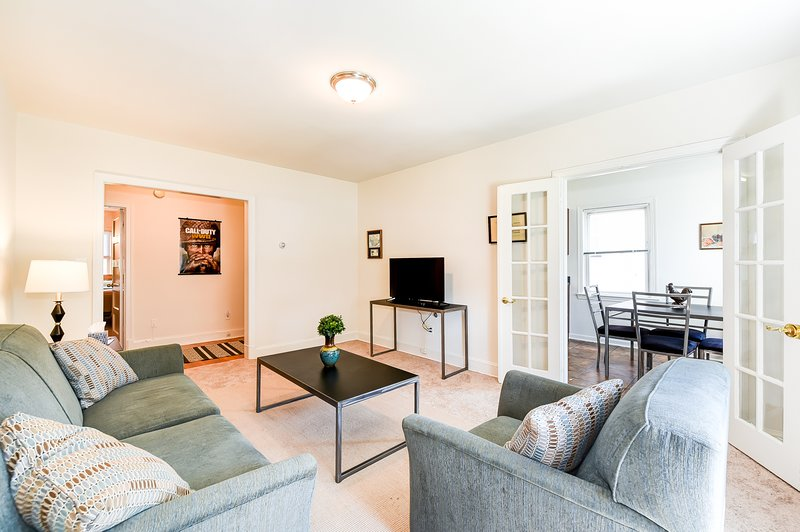 Comfy apartment near a lot of cool stuff, vacation rental in Hyattsville